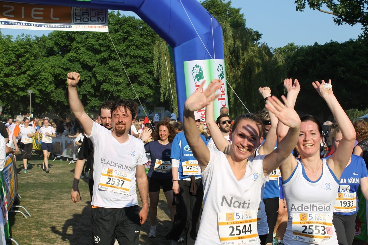 "Das Smile Eyes Team beim Zieleinlauf des Firmenevents ""RUN AS YOU ARE"" im Rheinland"