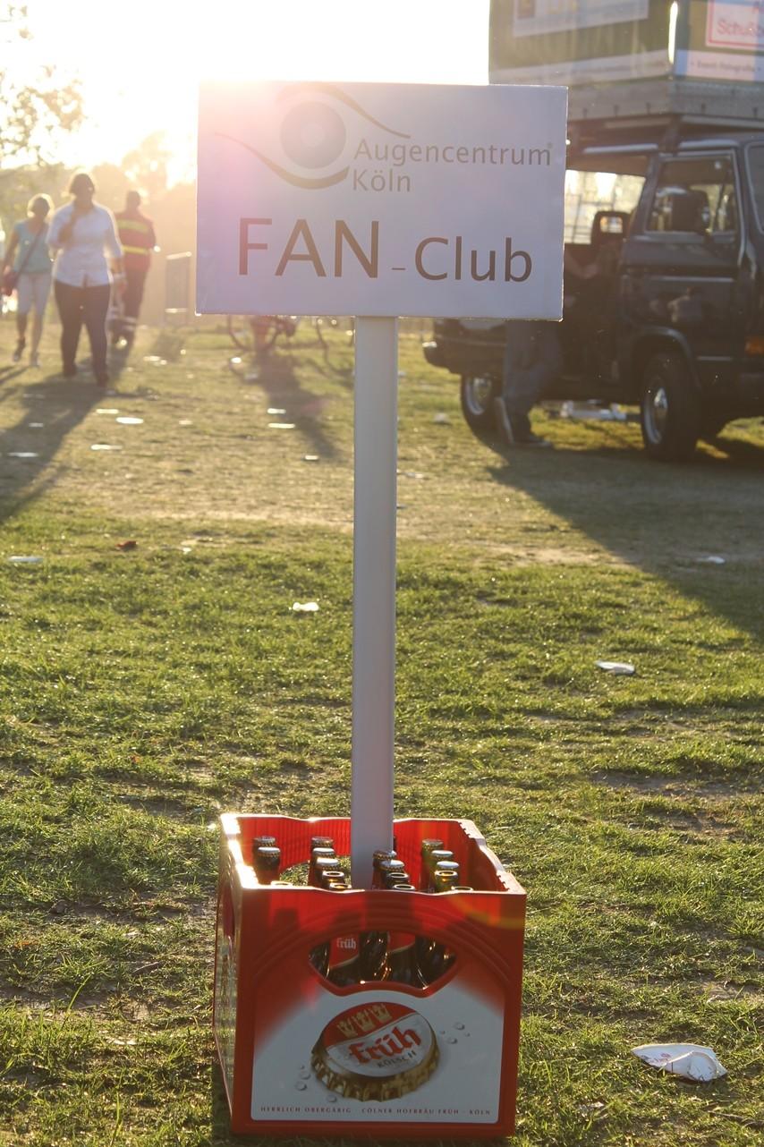 Eine Kiste Bier und ein Schild des Fan-Clubs vom Augencentrum Köln