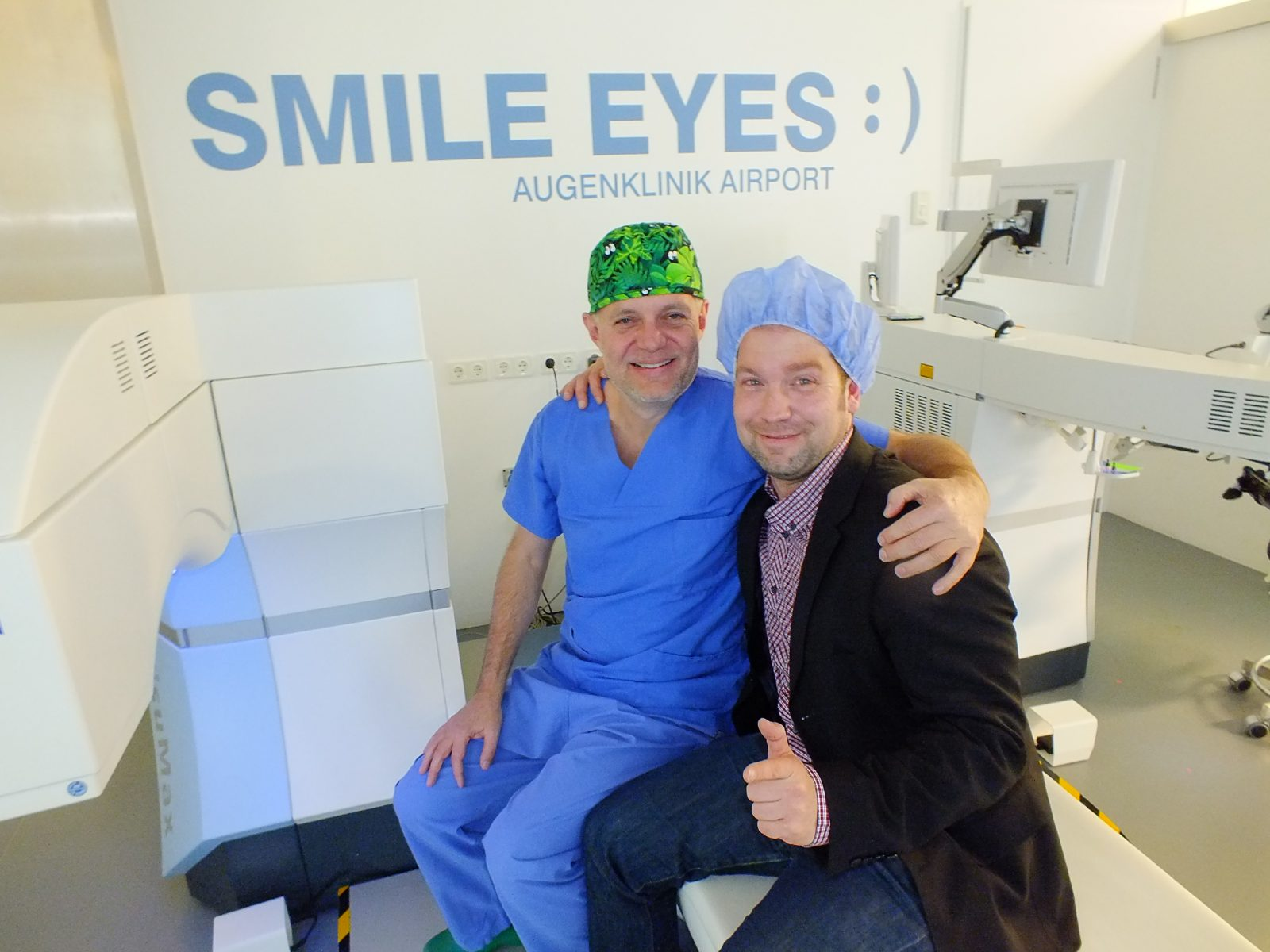 LEO-Mitarbeiter Jörg Garstka zusammen mit Dr. Rainer Wiltfang in der Smile Eyes Augenlaserklinik Airport München