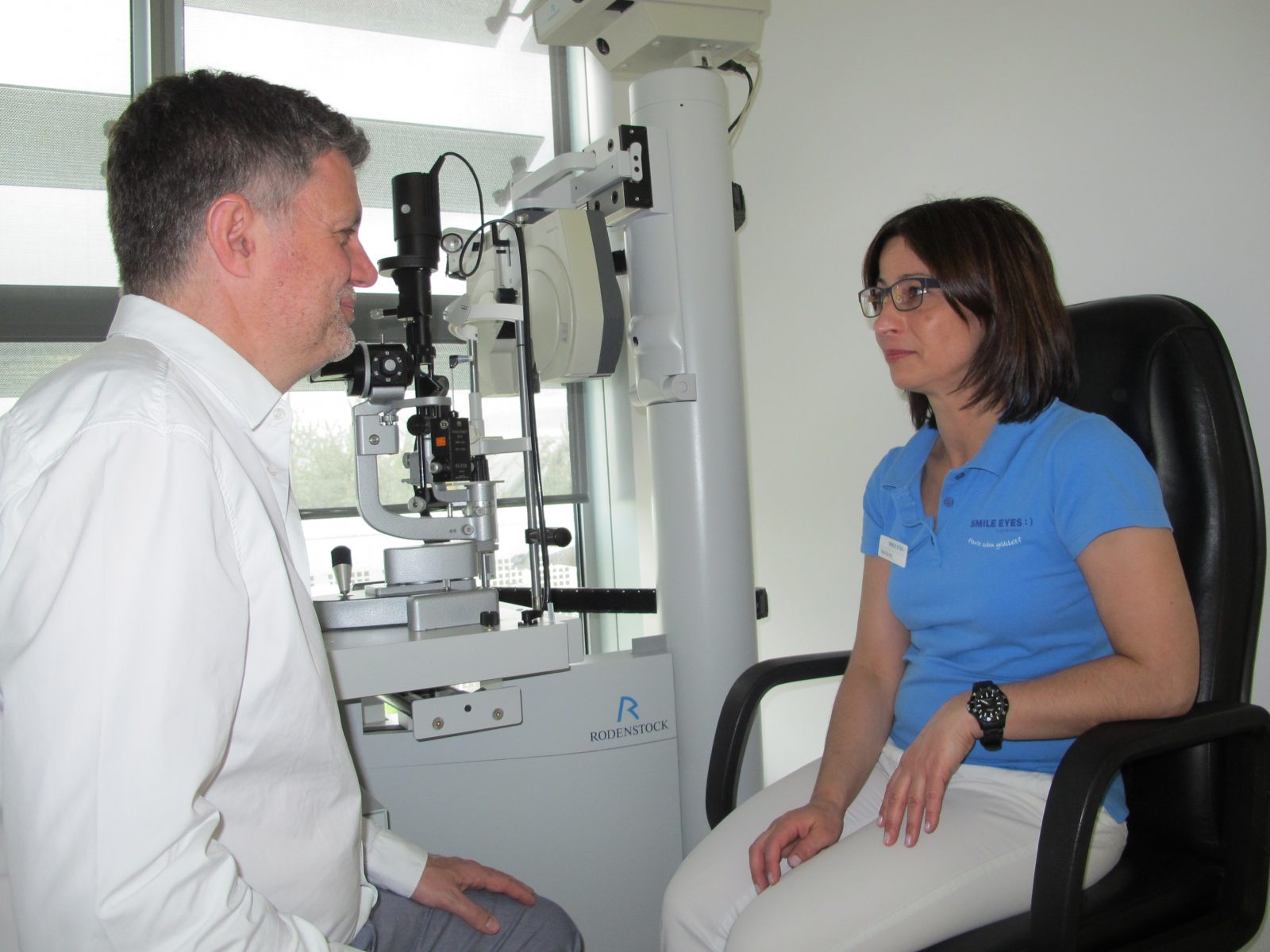 Tanja Spang vom Smile Eyes Team im Gespräch mit Augenarzt Dr. Wiltfang