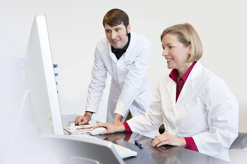 Dr. Verena Bhakdi-Gerl und Dr. Orlin Velinov vom Smile Eyes Augencentrum in Essen