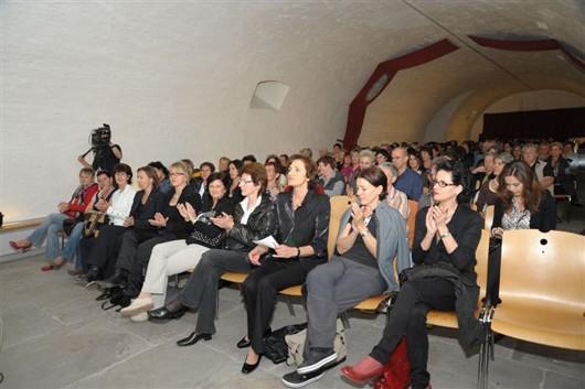 Applaudierende Gäste nach dem Vortrag von Dr. Wolfgang Diem aus dem Smile Eyes Beratungszentrum Vorarlberg