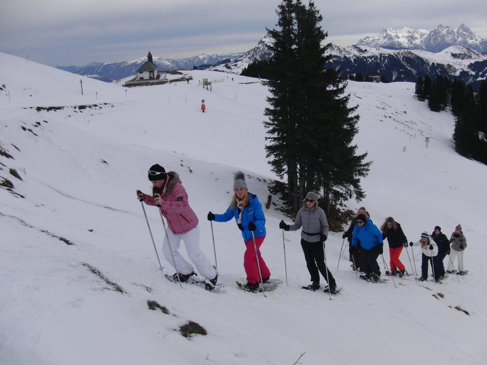 Das Smile Eyes Team aus München beim Schneewandern in Kitzbühel