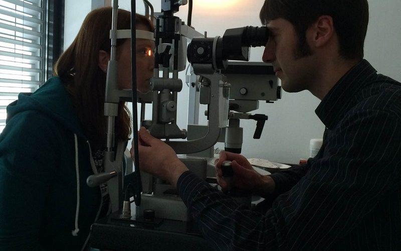 Dr. Orlin Velinov von Smile Eyes in Essen bei einer Vorsorge-Untersuchung