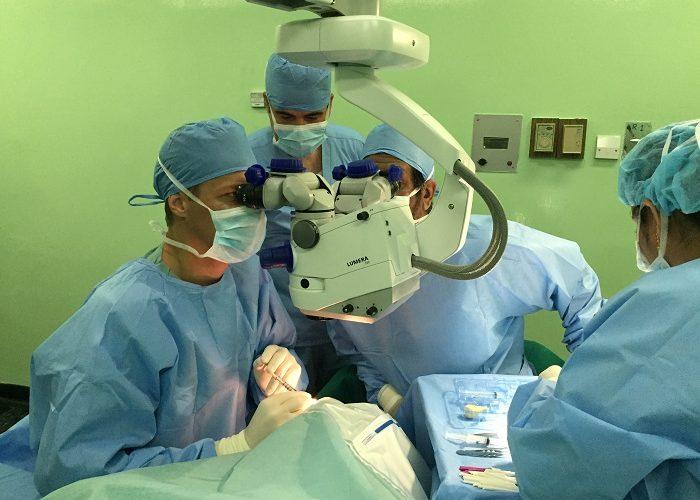Priv.-Doz. Dr. Martin Dirisamer bei einer Hornhauttransplantation (DMEK) in Kuwait
