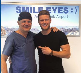 Arzt und Patient kurz vor der SMILE-OP