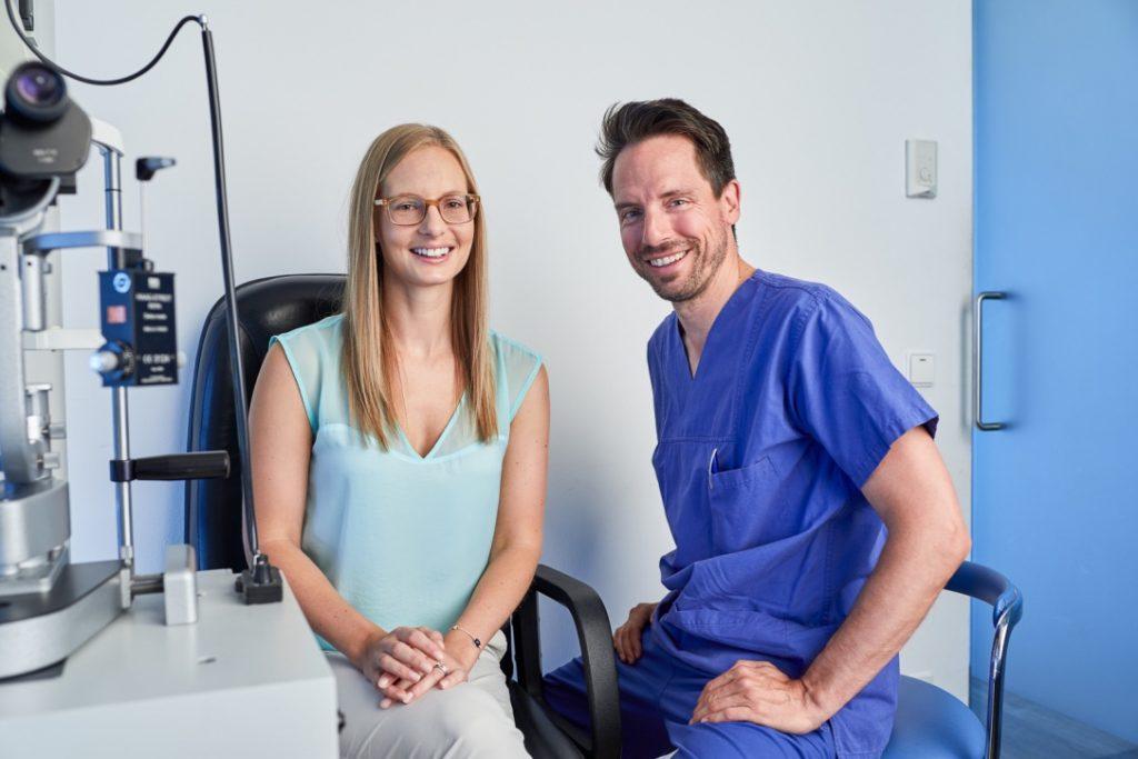 Augenärztin wird von Chefarzt Dr. Bechmann untersucht