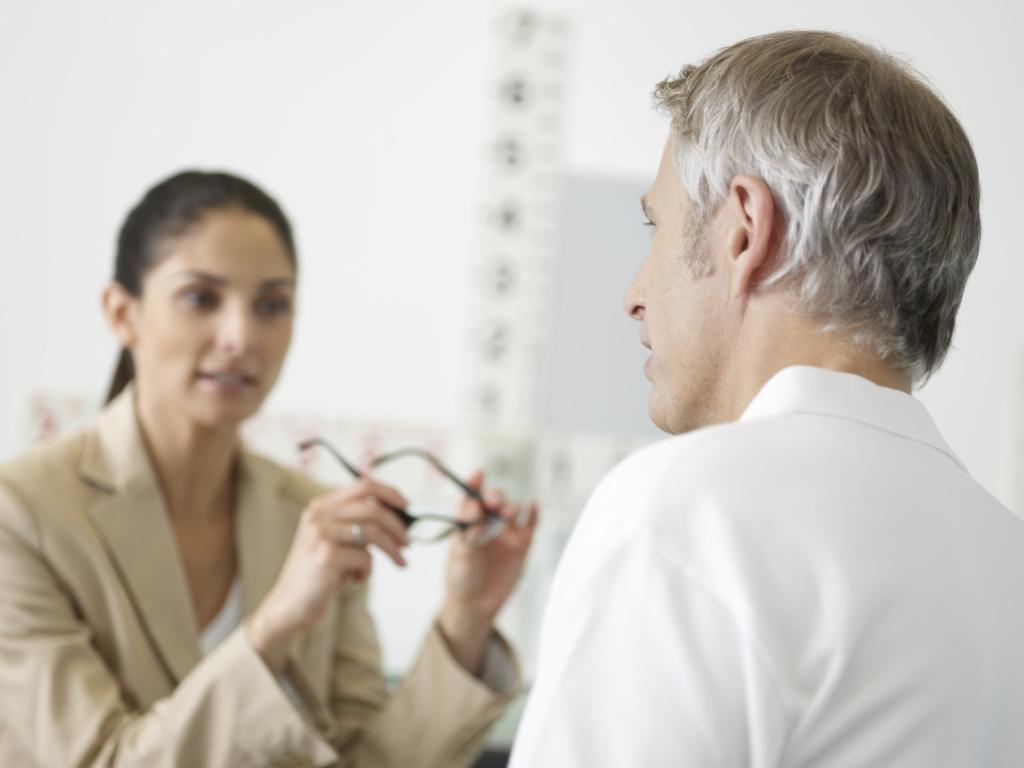 Arzt-Patienten-Gespräch Alterssichtigkeit