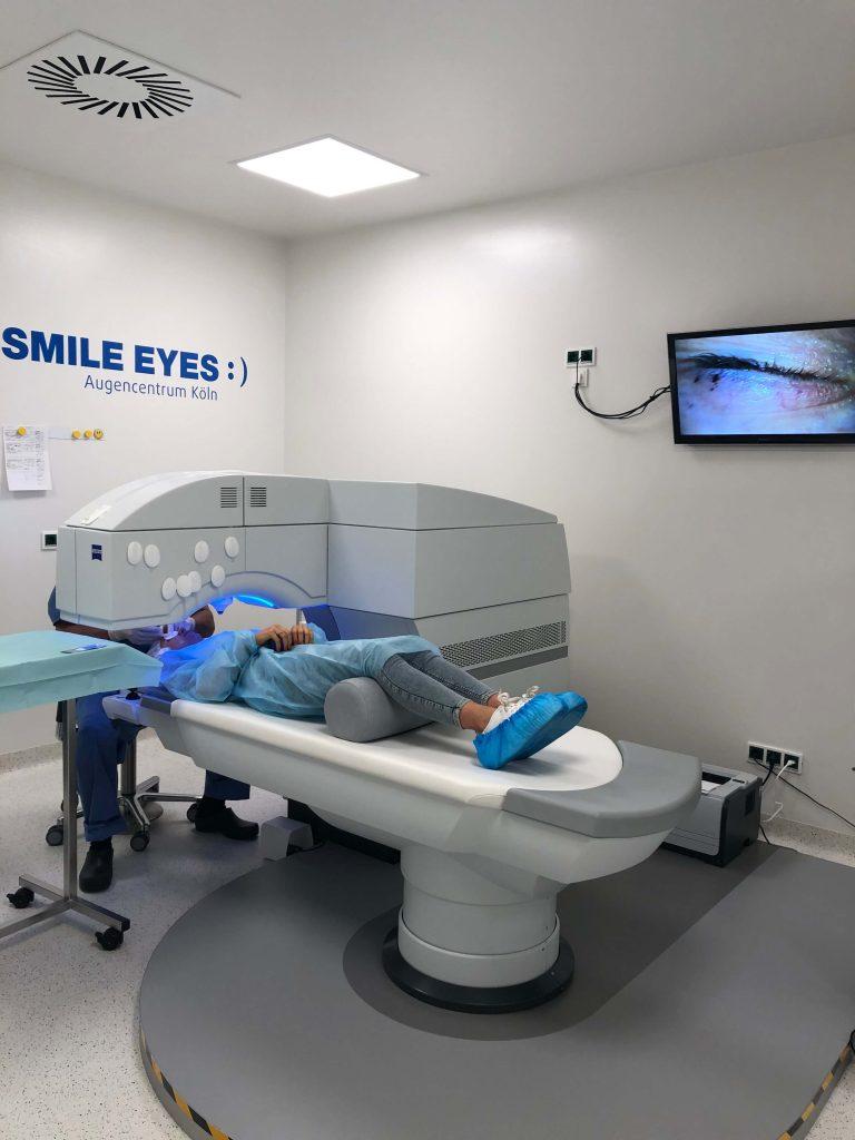 Dr. Meyer während der Smile Methode bei Smile Eyes Köln