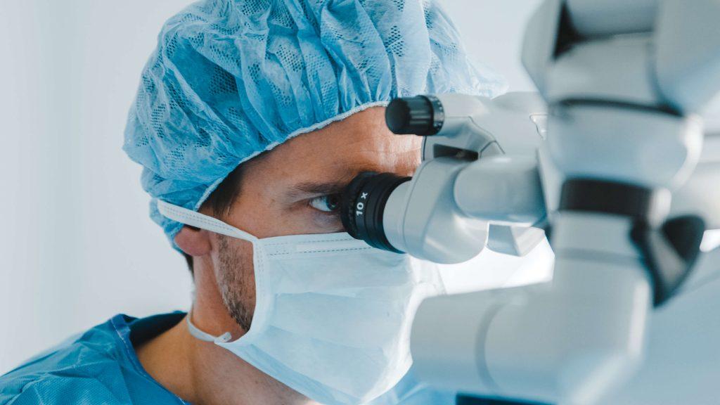 Dr. Bechmann im OP bei Linsenimplantation
