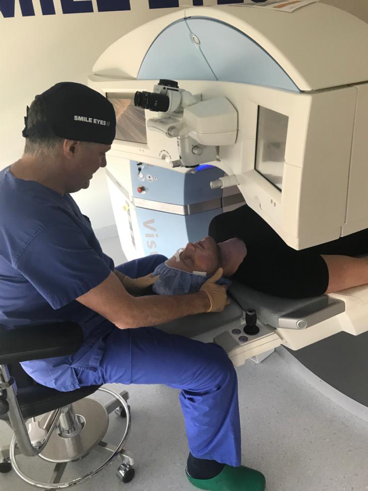 Dr. Wiltfang kurz bevor der Laser aktiviert wird