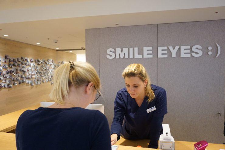 Mitarbeiterin Carina war zunächst Patientin bei Smile Eyes
