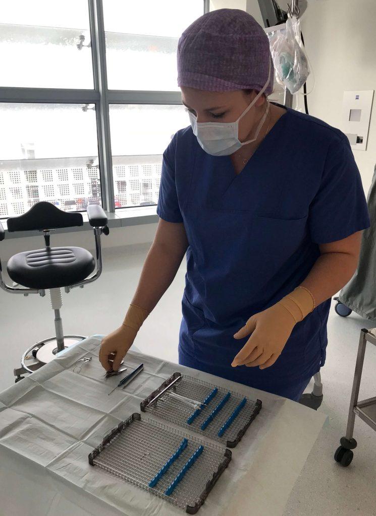 Smile Eyes OP-Mitarbeiterin lässt sich die Augen lasern