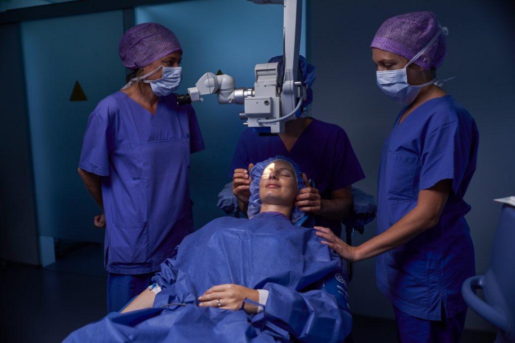 Kurz vor Linsenimplantation im OP