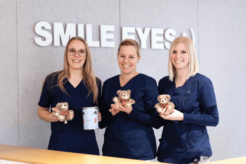Praxisteam von Smile Eyes mit Aids-Teddy