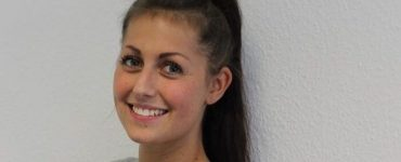 Mitarbeiterin Carina lässt sich mit der SMILE OP die Augen lasern