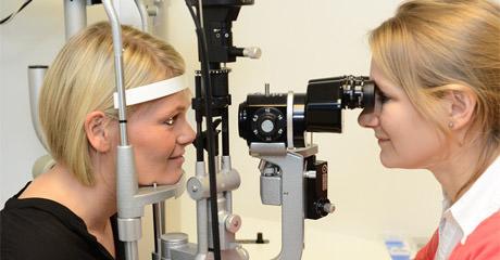 Patientin Eva Rubröder (links) beim Augenlasern in Trier bei Smile Eyes